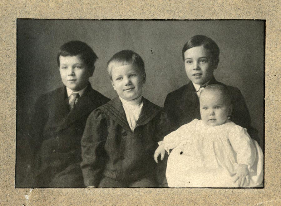 Photograph of Frances, Oscar, Leonard and Bernerd Jager